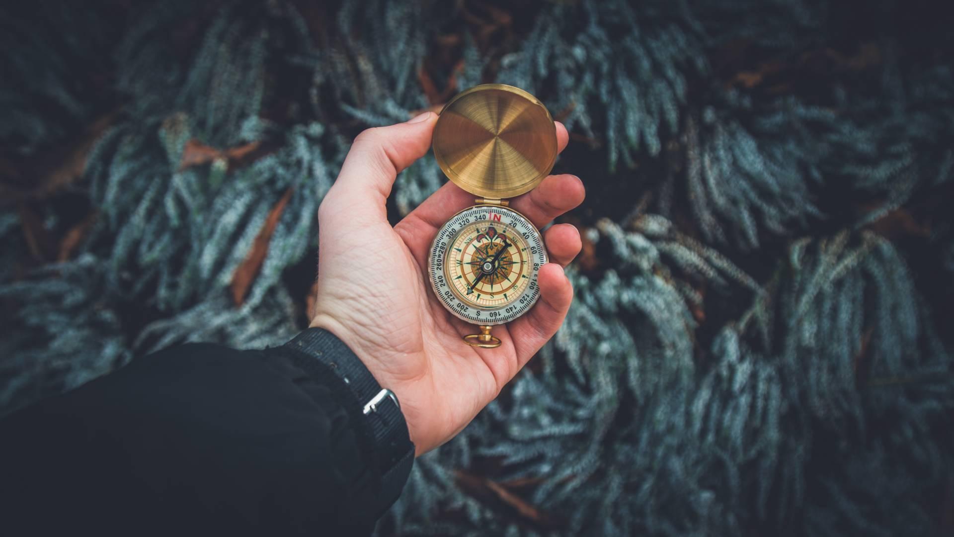 Hand die einen Kompass hält - Quelle: Valentin Antonucci via unsplash.com