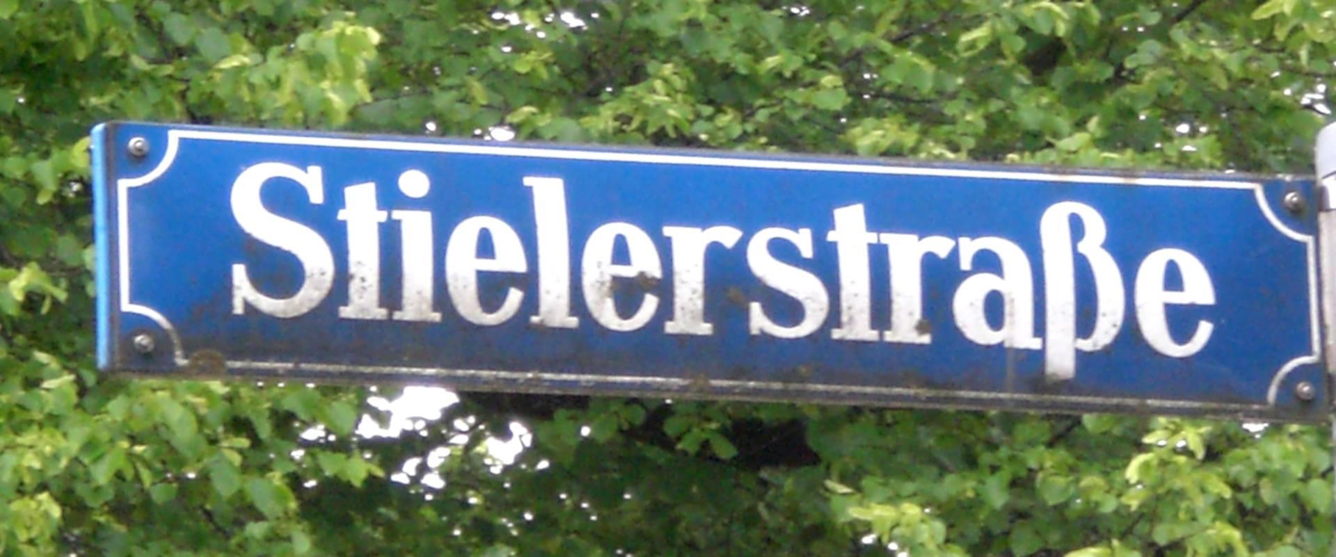 Straßenschild der Stielerstraße in München.