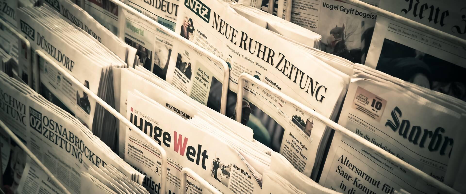 Verschiedene Zeitungen in einem Zeitungsständer
